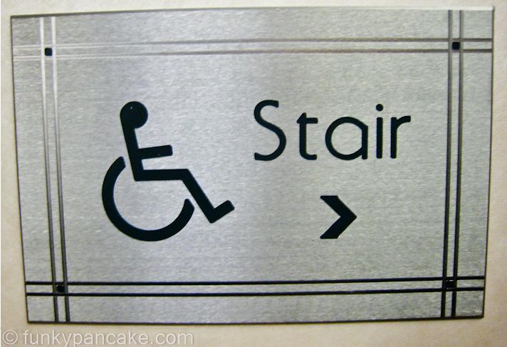 panneau d'indication absurde pour accès handicapés