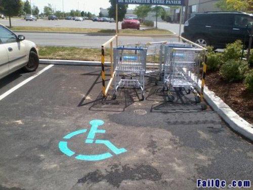 place de parc pour handicapée obstruée par des chariots à commissions