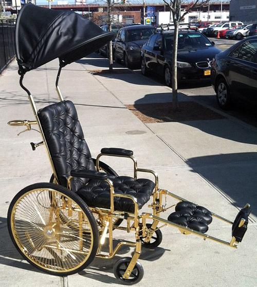 pousser un fauteuil roulant